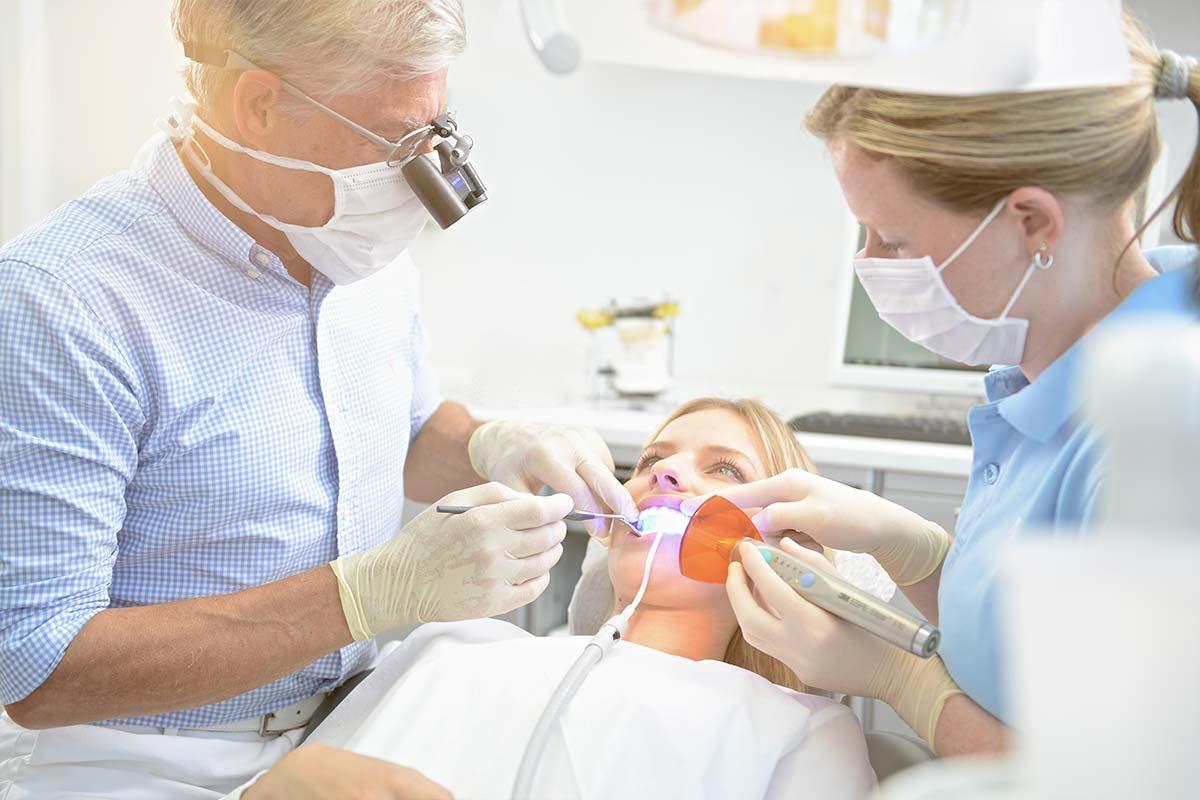 Hier sehen Sie wie Dr Schmid Zähne bleached
