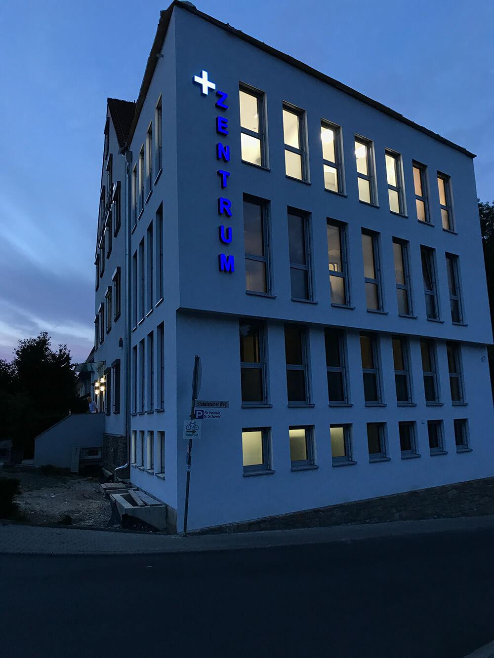 37 Jahre Dr. Schmid Zahnärzte – Gebäude in der Nacht